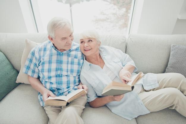 Homem e mulher lendo livros
