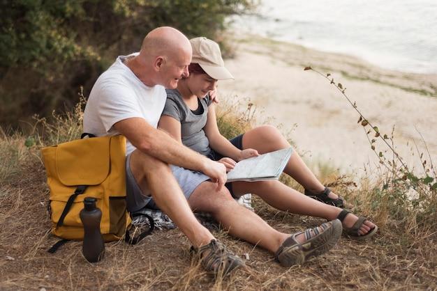 Homem e mulher lendo mapa completo