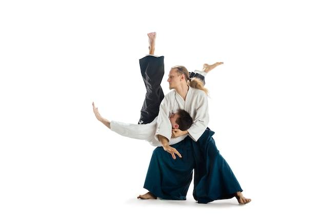 Homem e mulher lutando no treinamento de aikido na escola de artes marciais estilo de vida saudável e esportes