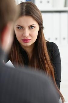 Homem e mulher madura sorridente, falando no escritório