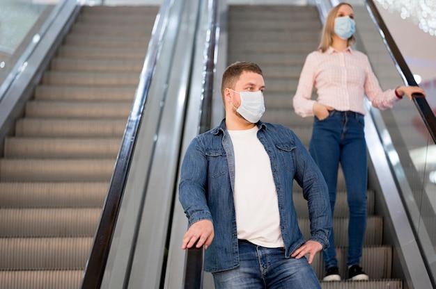 Homem e mulher mantendo distância social