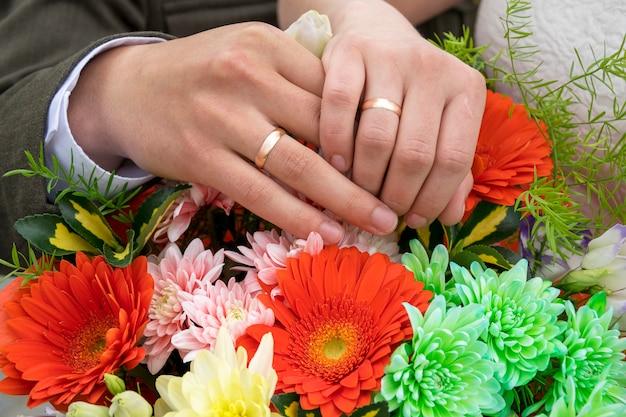 Homem e mulher mãos nos anéis de casamento