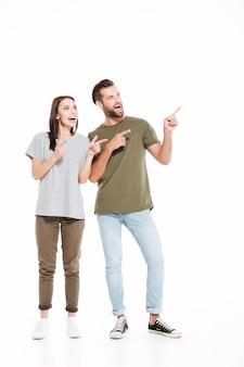 Homem e mulher mostrando no espaço vazio