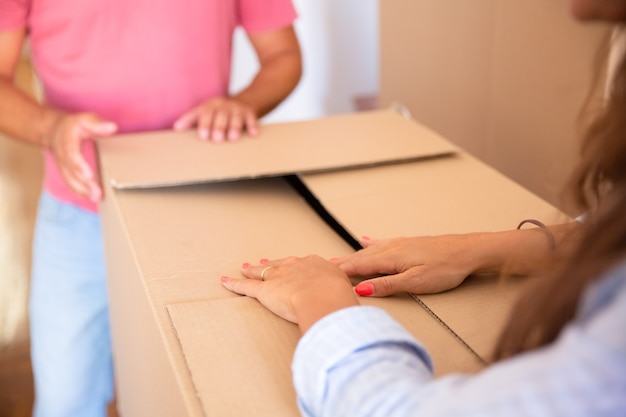 Homem e mulher movendo e desempacotando coisas