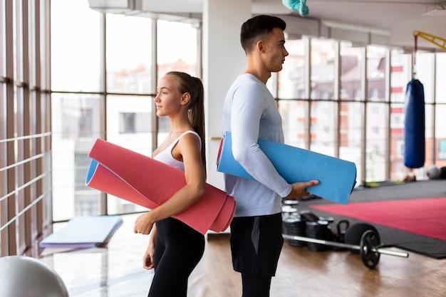 Homem e mulher na aula de fitness