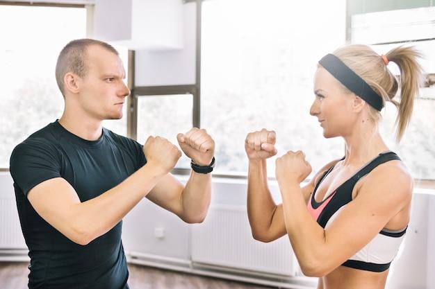 Homem e mulher na posição de boxe