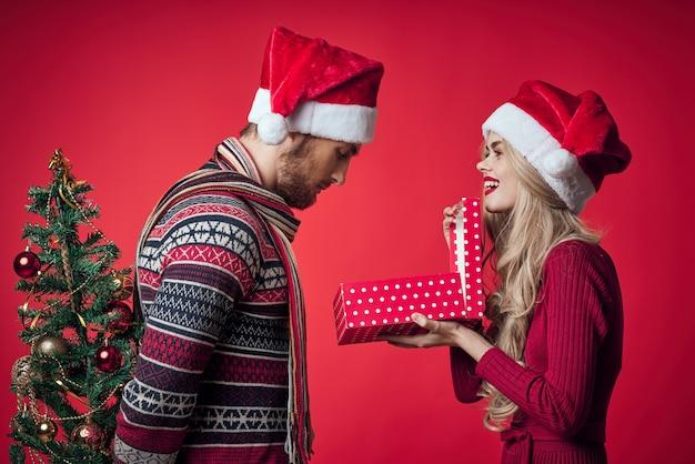 Homem e mulher natal, feriado, romance, fundo vermelho