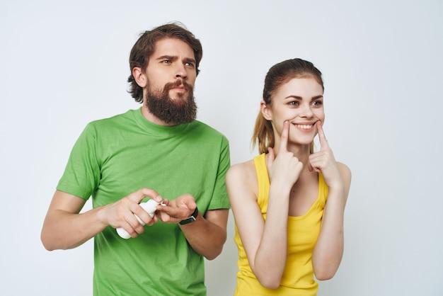 Homem e mulher no banheiro, cuidados pessoais, higiene matinal