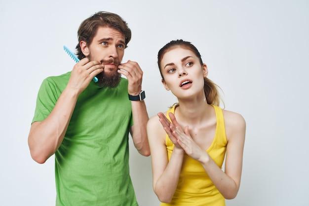 Homem e mulher no banheiro, higiene de rotina diária