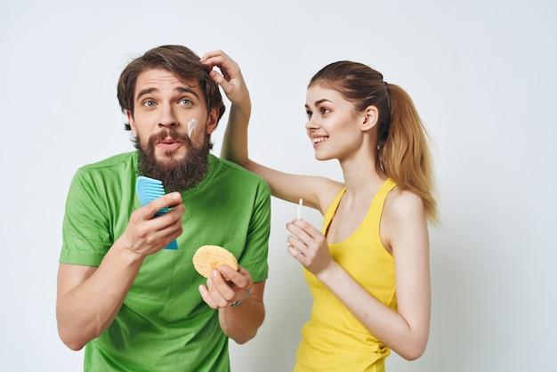 Homem e mulher no banheiro higiene facial matinal
