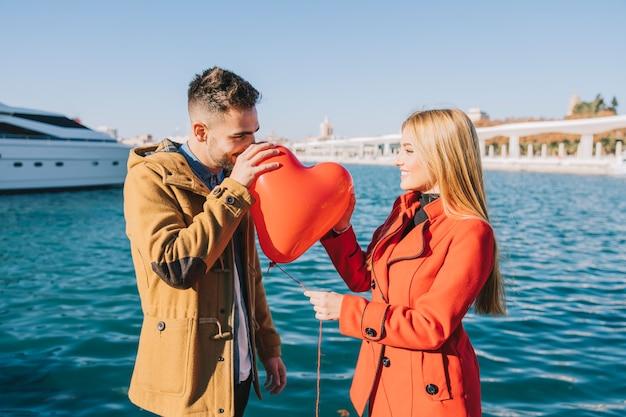 Homem e mulher no encontro com balão