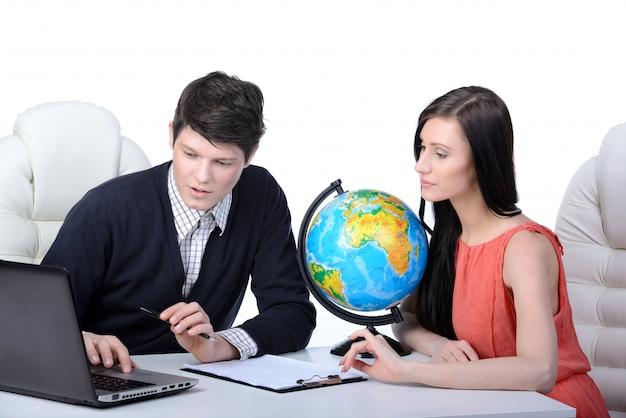 Homem e mulher no escritório decidem viajar.