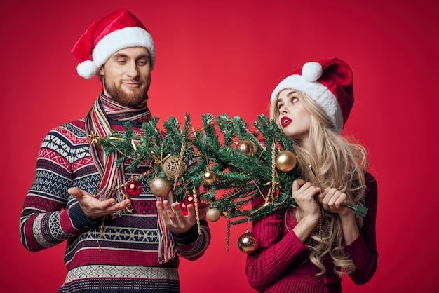 Homem e mulher no feriado de natal divertidos brinquedos de decoração