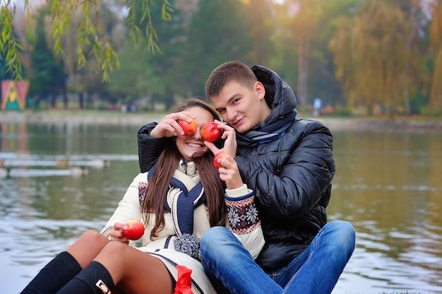 Homem e mulher no jardim com maçãs