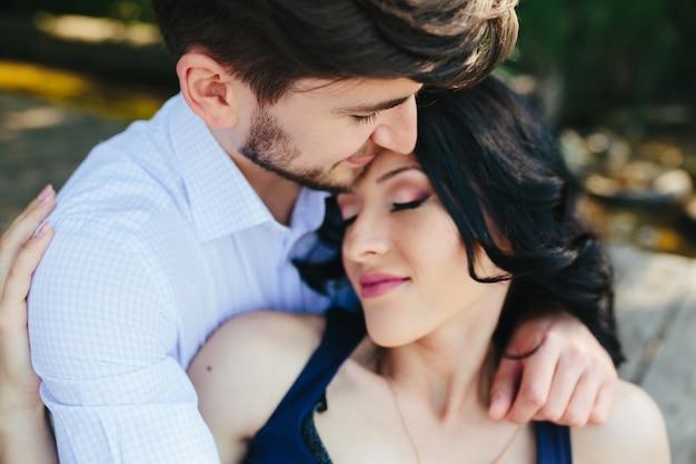 Homem e mulher no lago passando um tempo nos braços um do outro