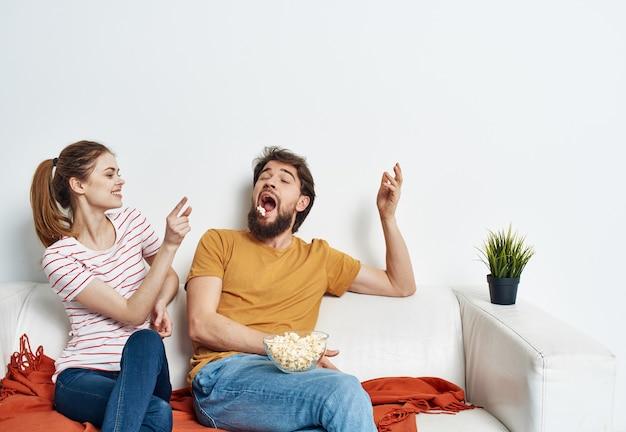 Homem e mulher no sofá xadrez laranja flor brilhante em uma panela
