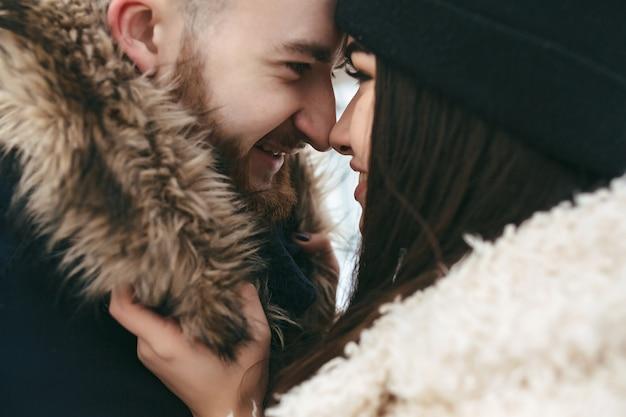Homem e mulher nos braços um do outro