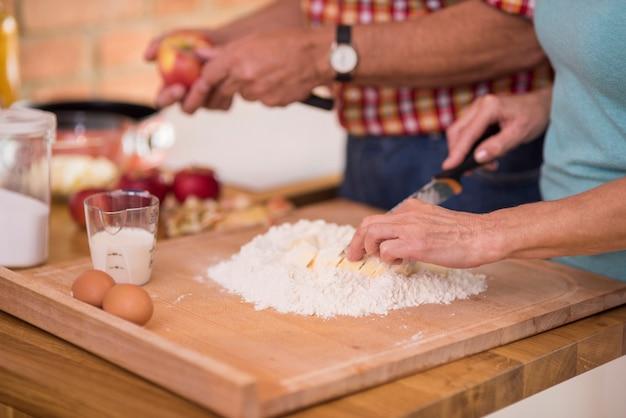 Homem e mulher ocupados na cozinha