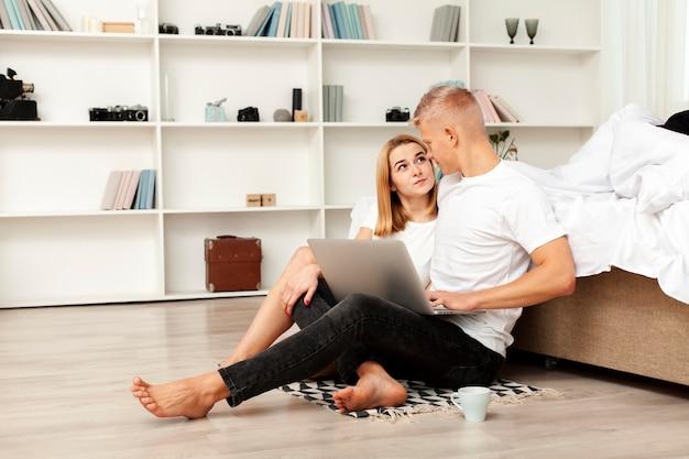 Homem e mulher olhando para um filme em seu laptop