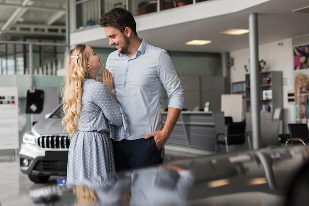 Homem e mulher olhando um ao outro em uma sala de exposições