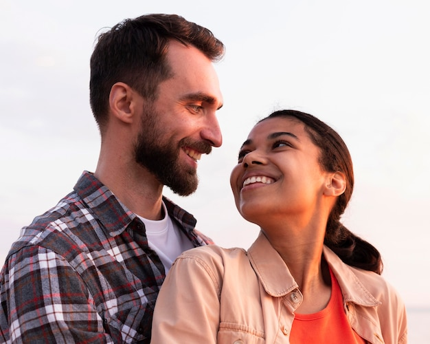 Homem e mulher olhando um para o outro de uma maneira adorável
