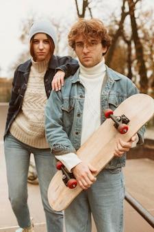 Homem e mulher passando um tempo juntos ao ar livre com skates