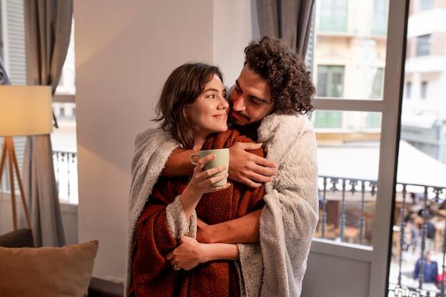 Homem e mulher passando um tempo juntos em casa