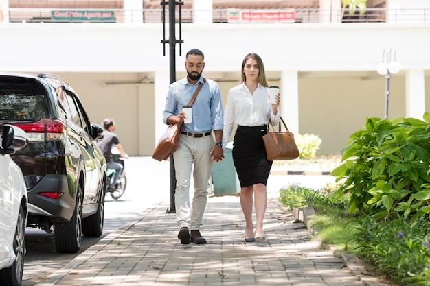 Homem e mulher pensando em seus telefones ao ar livre