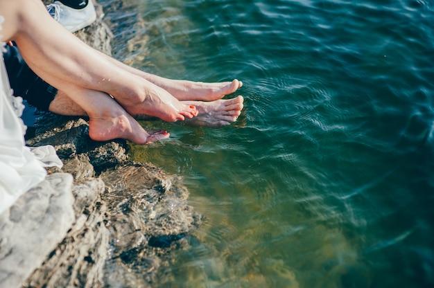 Homem e mulher pés na praia