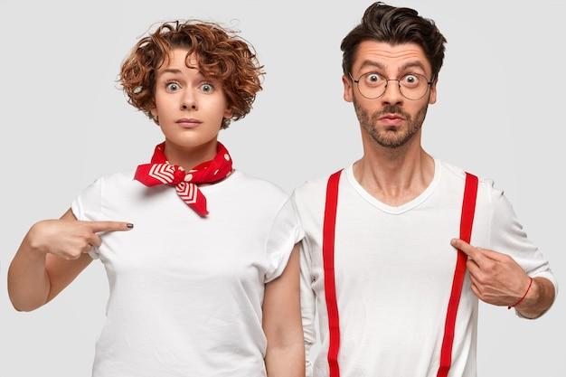 Homem e mulher posando com camisetas brancas
