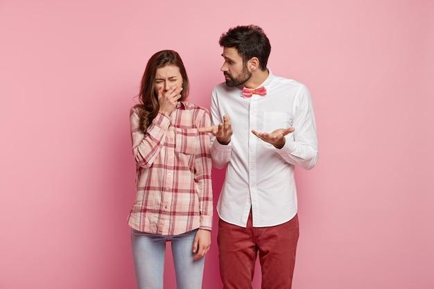 Homem e mulher posando com roupas coloridas