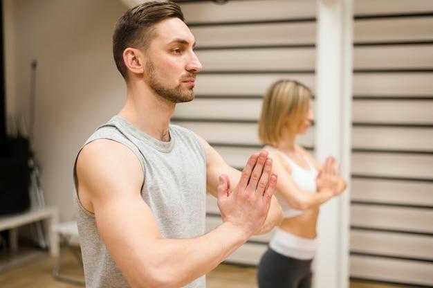 Homem e mulher prontos para treino
