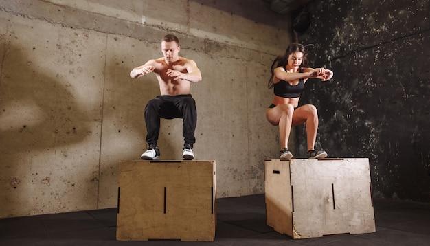Homem e mulher pulando na caixa de ajuste