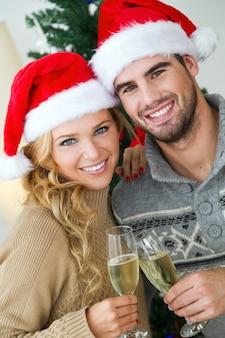 Homem e mulher que brindam com taças de champanhe