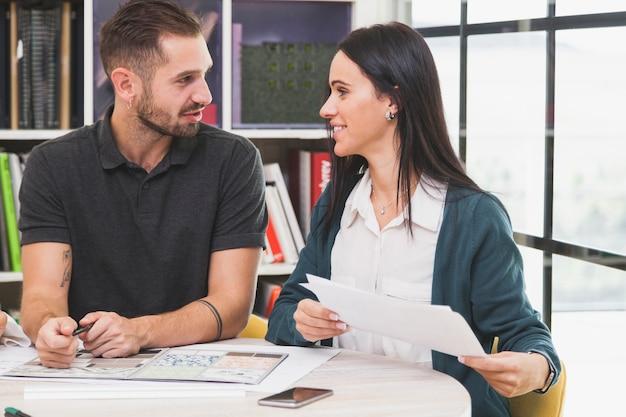 Homem e mulher que interagem no escritório