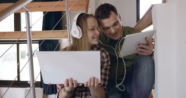 Homem e mulher relaxando com música em casa