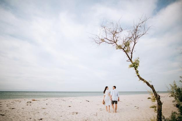 Homem e mulher relaxante na praia de verão