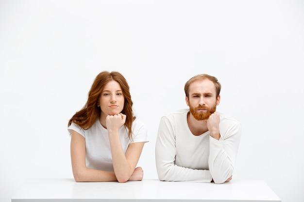 Homem e mulher ruiva bonito suspeito