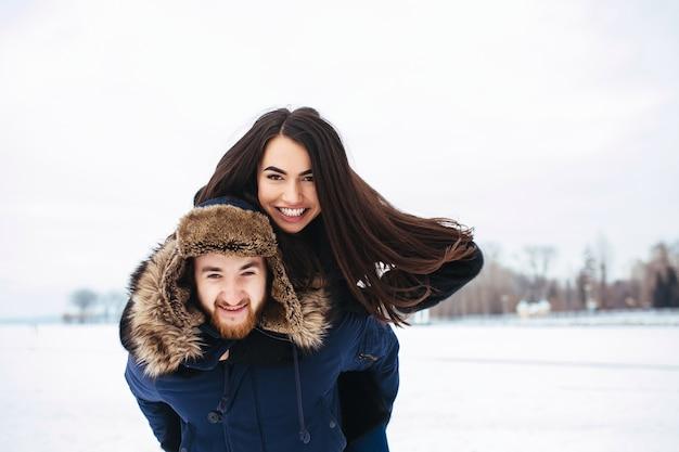 Homem e mulher se divertindo e brincando ao ar livre