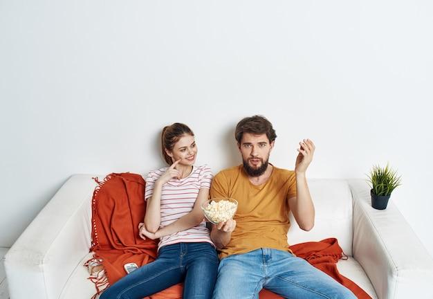 Homem e mulher se divertindo juntos em casa