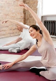 Homem e mulher se exercitando juntos
