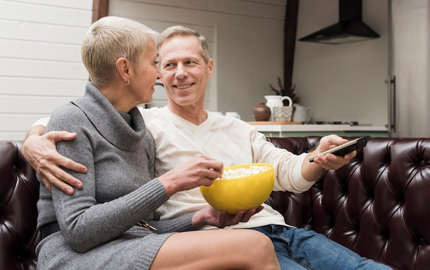 Homem e mulher se preparando para assistir a um filme
