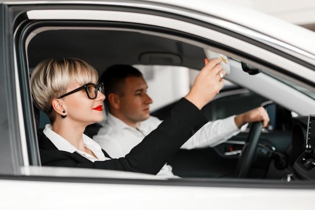 Homem e mulher sentada dentro de um salão de beleza do carro. concentre-se em uma mulher.