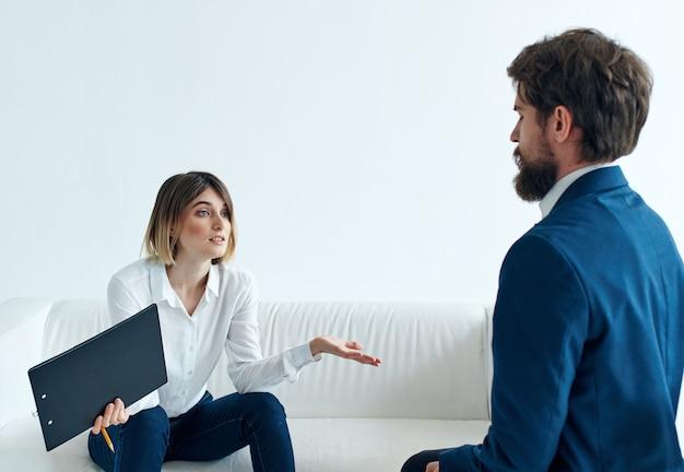 Homem e mulher sentados no sofá, comunicação, trabalho, discussão
