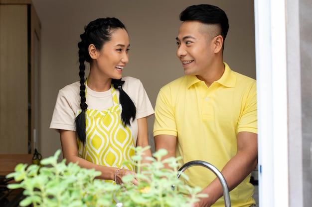 Homem e mulher sorridente de tiro médio