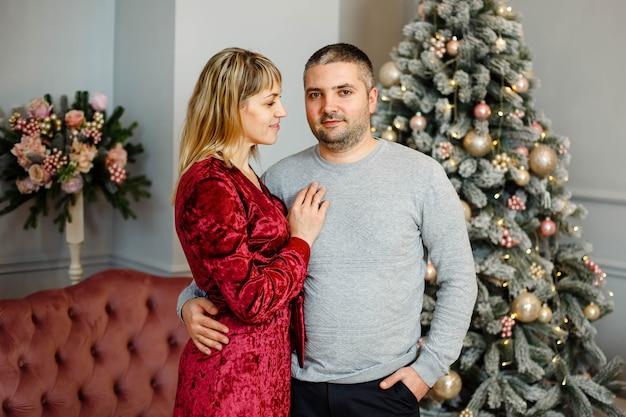 Homem e mulher sorridentes desfrutam da celebração do ano novo em casa