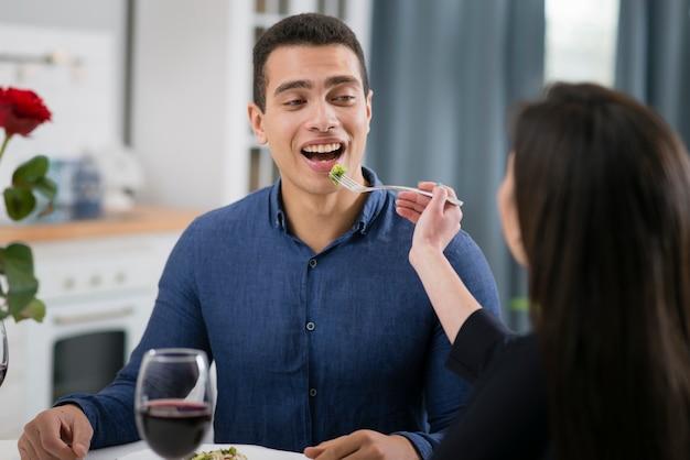 Homem e mulher, tendo um jantar romântico