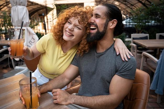 Homem e mulher tiro médio com bebidas