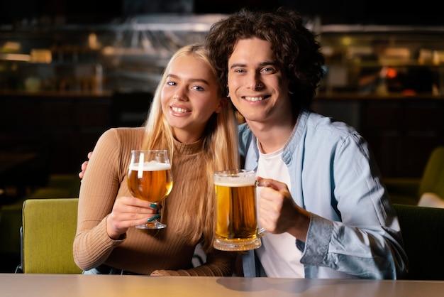 Homem e mulher tiro médio no bar
