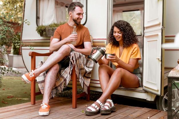 Homem e mulher tomando café na natureza